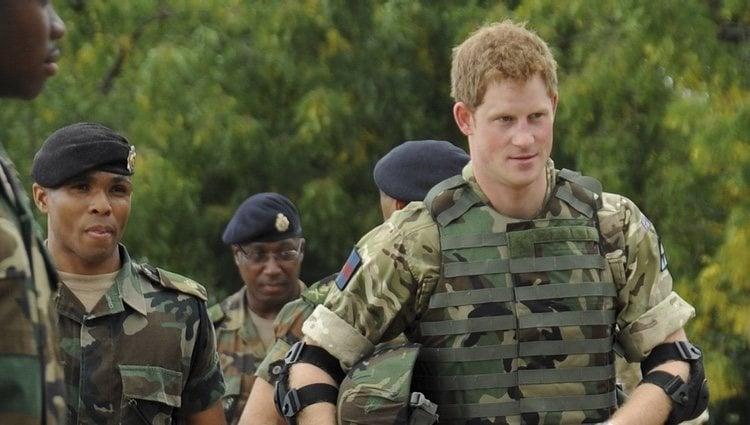 El Príncipe Harry visita un campo de entrenamiento militar en Jamaica