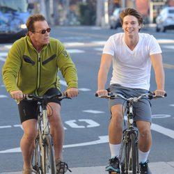 Arnold y Patrick Schwarzenegger pasean en bicicleta