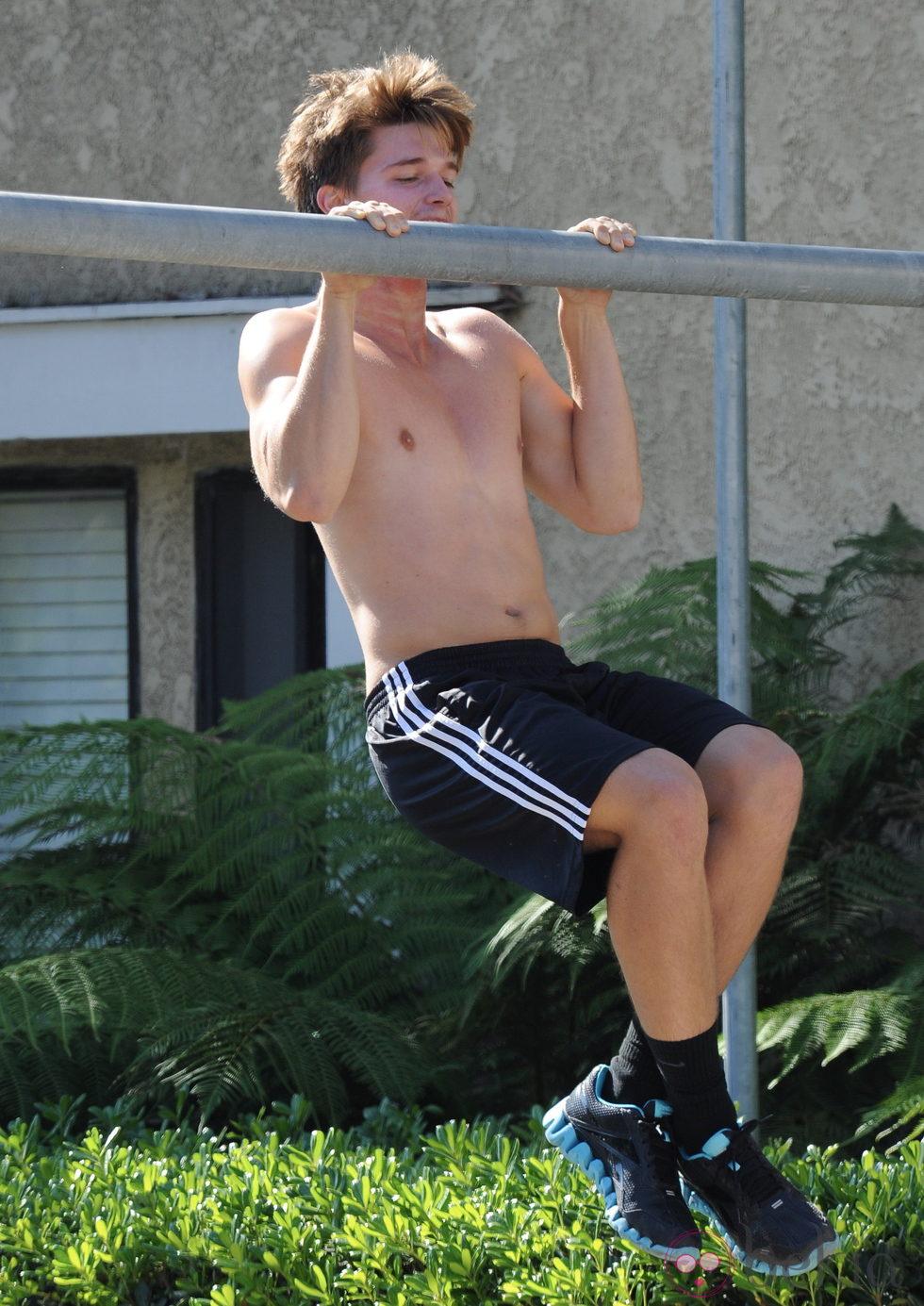 Patrick Schwarzenegger haciendo flexiones