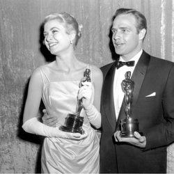 Grace Kelly posa con su Oscar y Marlon Brando en 1955