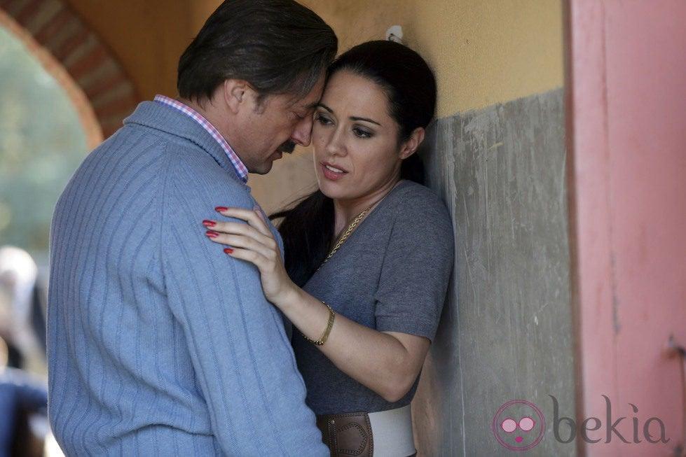 Eva Marciel (Isabel Pantoja) y Aníbal Soto (Julián Muñoz) a punto de besarse en 'Mi gitana'