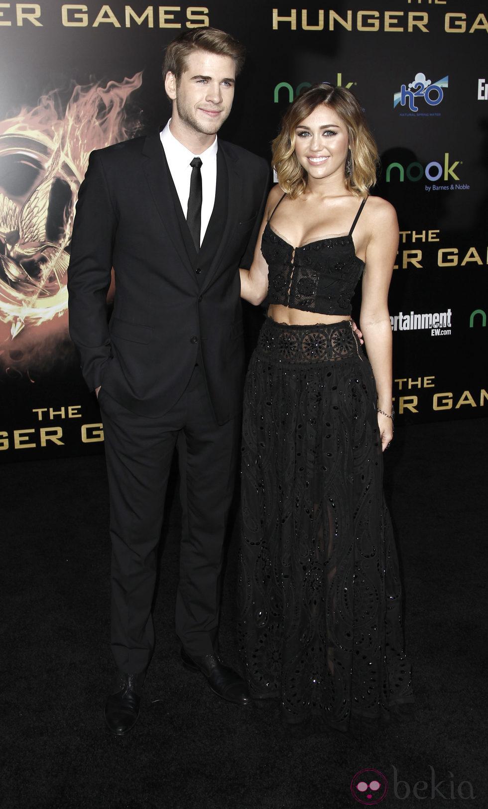 Miley Cyrus y Liam Hemsworth en el estreno de 'Los juegos del hambre' en Los Ángeles