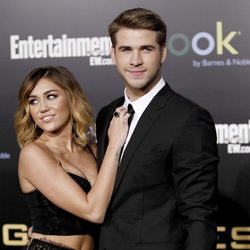 Liam Hemsworth y Miley Cyrus, muy cariñosos en el estreno de 'Los juegos del hambre' en Los Ángeles
