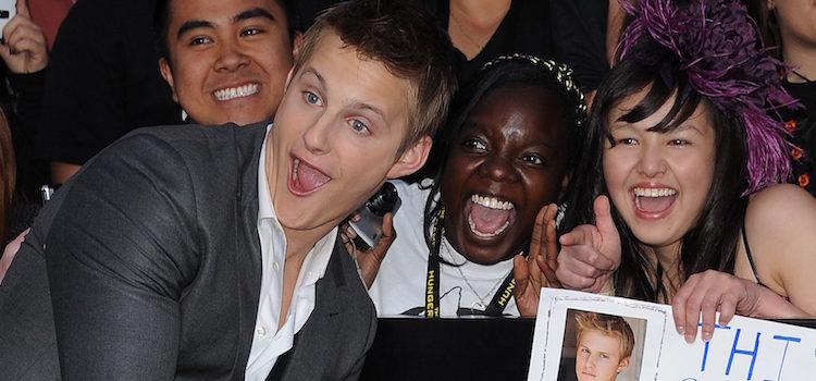 Alexander Ludwig con los fans en el estreno de 'Los juegos del hambre' en Los Ángeles
