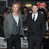 Los hermanos Chris y Liam Hemsworth en el estreno de 'Los juegos del hambre' en Londres