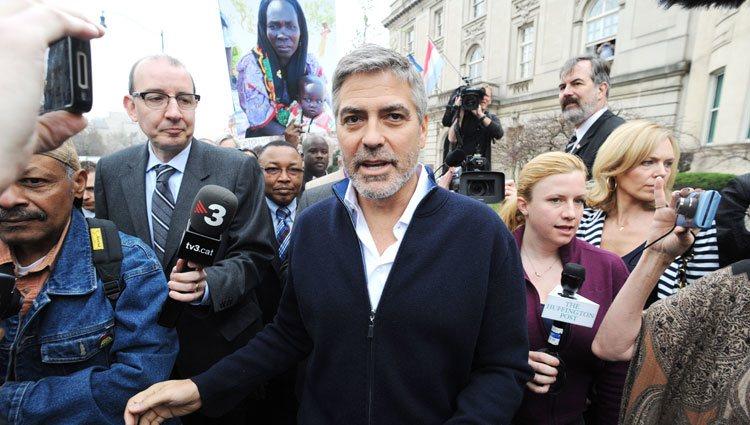 George Clooney en una manifestación frente a la embajada de Sudán en Washington