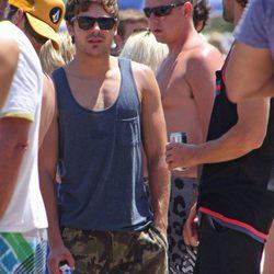 Zac Efron en camiseta de tirantes