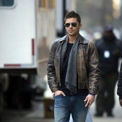 Zac Efron, abrigado con chaqueta de cuero