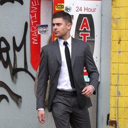 Zac Efron, de traje