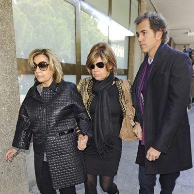 María Teresa Campos y Terelu Campos en el tanatorio de Paco Valladares