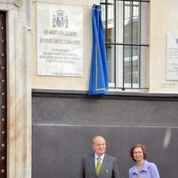 Los Reyes descubren una placa conmemorativa del Bicentenario de la Constitución de Cádiz