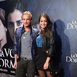 Hiba Abouk y Jesse Johnson