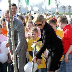 La Princesa Máxima de Holanda planta un árbol en Oeffelt