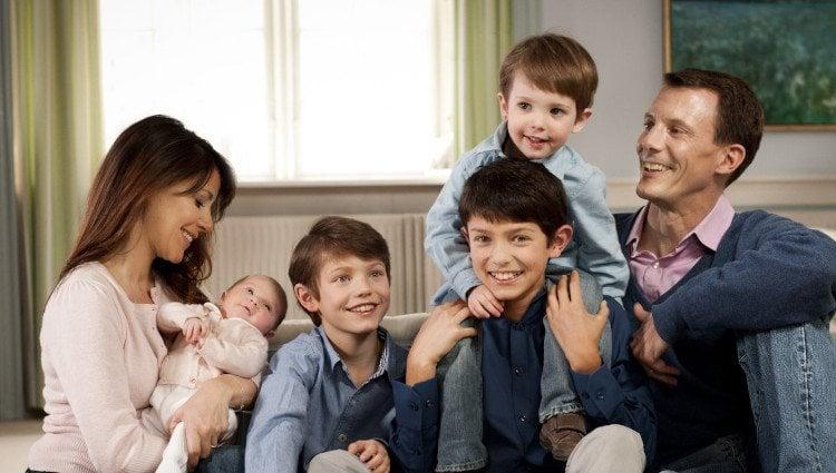 Los Príncipes Joaquín y Marie de Dinamarca con sus cuatro hijos
