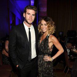 Miley Cyrus y Liam Hemsworth en la Celebrity Fight Night 2012 de Muhammad Ali