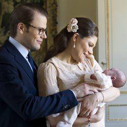 Primera foto oficial de Daniel y Victoria de Suecia con la Princesa Estela