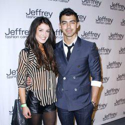 Shenae Grimes y Joe Jonas en la gala benéfica Jeffrey Fashion Cares 2012