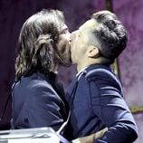 El beso de Aitor Luna y Asier Etxeandia en los Premios Shangay 2012
