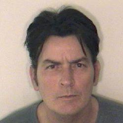 Charlie Sheen fichado por la policía tras su arresto
