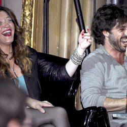 Hugo Silva se divierte con una joven en los Premios Shangay 2012