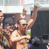 James Franco con rastas y el torso desnudo