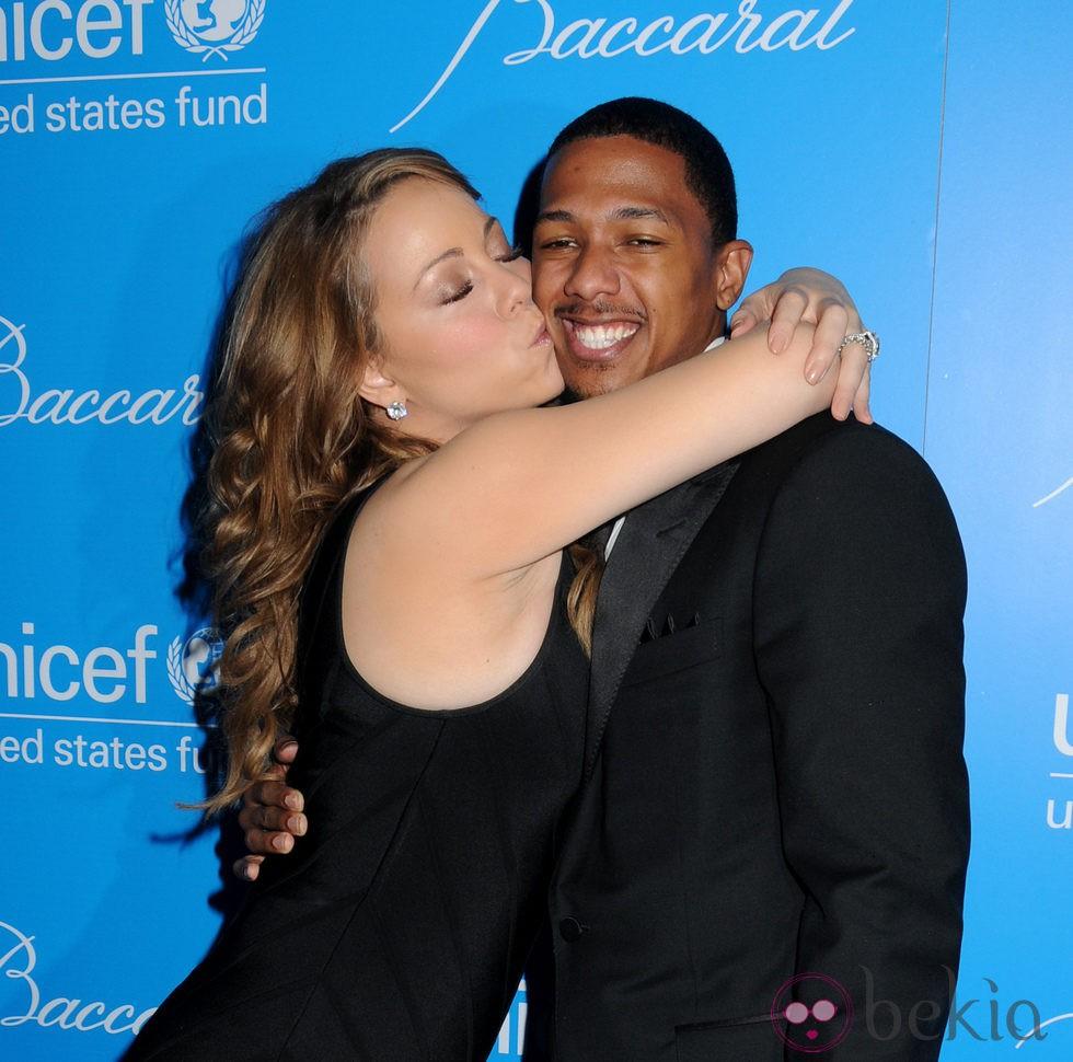 Mariah Carey abraza a Nick Cannon en la gala unicef
