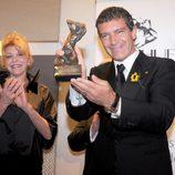 Antonio Banderas recibe un premio de manos de la Baronesa Thyssen