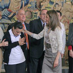 La Princesa de Asturias saluda cariñosamente a una niña en Zarzuela