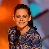 Kristen Stewart muy sonriente recogiendo su premio en los Kids Awards