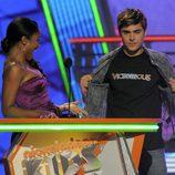 Zac Efron y Keke Palmer en la gala de los Kids Awards