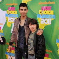 Joe Jonas y su hermano Frankie Jonas en la gala de los Kids Awards