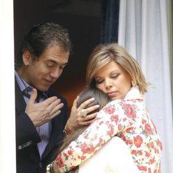 Terelu Campos abraza a su hija junto a Carlos Pombo en la Semana Santa de Málaga