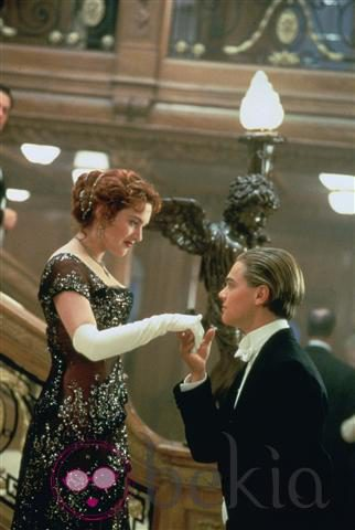 Kate Winslet y Leonardo Dicaprio en una romántica escena de 'Titanic'