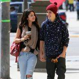 Justin Bieber y Selena Gomez cogidos de la mano