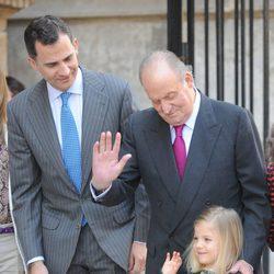 El Rey Juan Carlos enseña a saludar a la Infanta Sofía bajo la atenta mirada del Príncipe Felipe