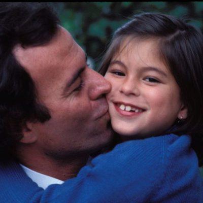 Julio Iglesias y su hija Chábeli en la década de 1970