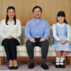 Naruhito y Masako de Japón con su hija Aiko de Japón cuando era pequeña
