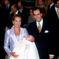 La Infanta Elena y Jaime de Marichalar con Froilán en su bautizo
