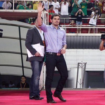 Iker Casillas saluda a sus seguidores en China