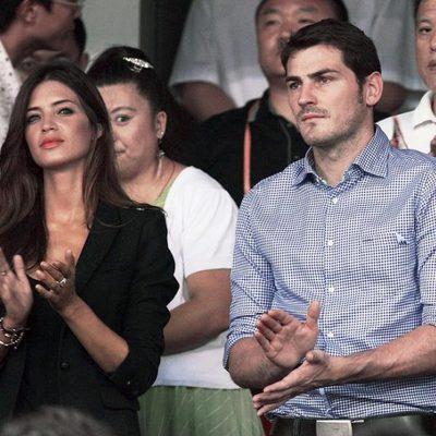 Iker Casillas y Sara Carbonero aplauden en un partido de fútbol en China