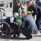 Los Duques de Cambridge atienden a unos niños antes de partir de Yellowknife
