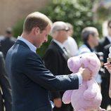 El Príncipe Guillermo recibe un peluche como regalo en Slave Lake