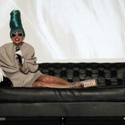 Lady Gaga con un moño verde y un vestido marrón en Singapur