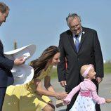 Los Duques de Cambridge saludan a una niña en Calgary