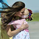 Catalina de Cambridge abraza a una niña en Calgary