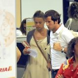 Carla Goyanes y Jorge Benguria en el aeropuerto de Ibiza