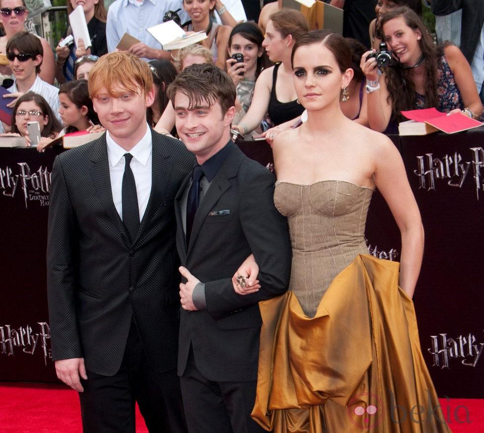 Emma Watson del brazo de Daniel Radcliffe en la premiére de 'Harry Potter y las reliquias de la muerte: Parte 2'