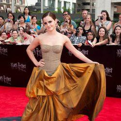 Emma Watson muestra su vestido en la alfombra roja de Nueva York