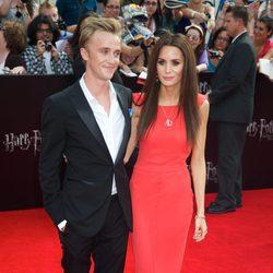 Tom Felton con su novia en la premiére neoyorkina de 'Harry Potter y las reliquias de la muerte: Parte 2'