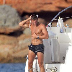 Darek luce su torso desnudo en Ibiza